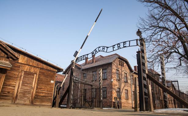 Niemcy założyli obóz Auschwitz w 1940 r., aby więzić w nim Polaków. Auschwitz II-Birkenau powstał dwa lata później. Stał się miejscem zagłady Żydów. W kompleksie obozowym funkcjonowała także sieć podobozów. W Auschwitz Niemcy zgładzili co najmniej 1,1 mln ludzi, głównie Żydów, a także Polaków, Romów, jeńców sowieckich i osób innej narodowości.