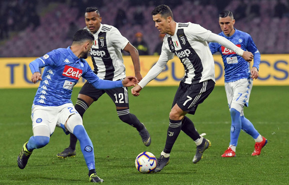 Fudbaleri Napolija pokušavaju da zaustave Kristijana Ronalda