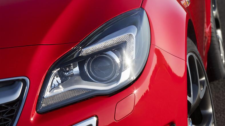W połowie czerwca Opel pochwalił się zdjęciami odmłodzonej insigni w wersji dla zwykłych zjadaczy chleba. Teraz niemiecki producent wyciągnął z sejfu fotografie najmocniejszej wersji tego auta z literkami OPC. Zobacz, jak spisał się chirurg z Rüsselsheim…