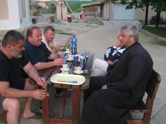 Meštani uz kafu prave planove sa sveštenikom Foto: S. Mirković