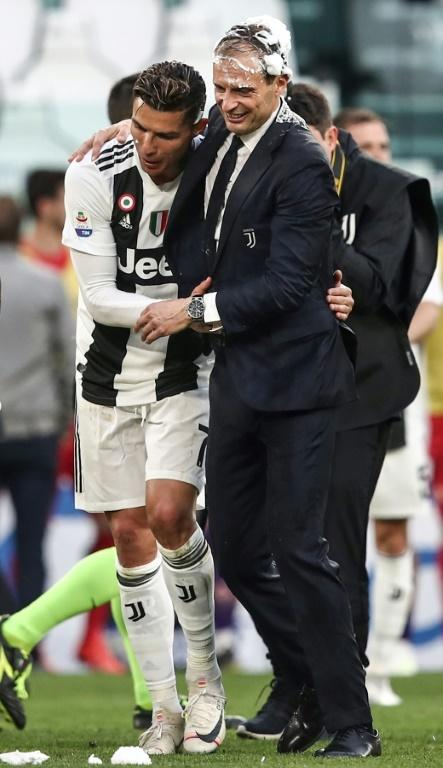 Allegri and Ronaldo celebrating Juventus' eighth consecutive title