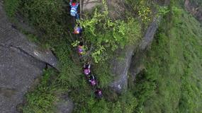 Dzieci muszą wspinać się na 800-metrowy klif, by dotrzeć do szkoły