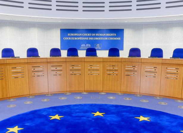 Wyrok wpisuje się we wcześniejsze orzecznictwo dotyczące swobody wypowiedzi lekarzy krytykujących strategie lecznicze kolegów po fachu