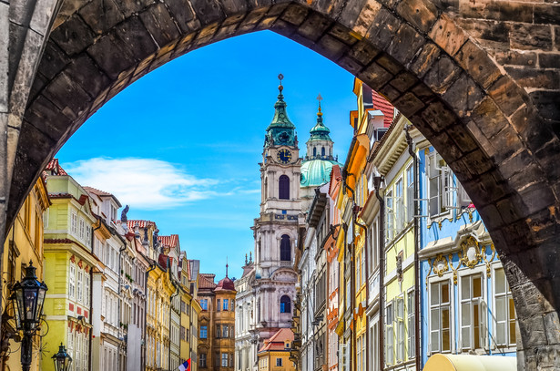 Na dwukołowych segwayach liczni turyści poruszali się po chodnikach i po wąskich brukowanych uliczkach Pragi. Uchwalenia zakazu domagali się mieszkańcy.