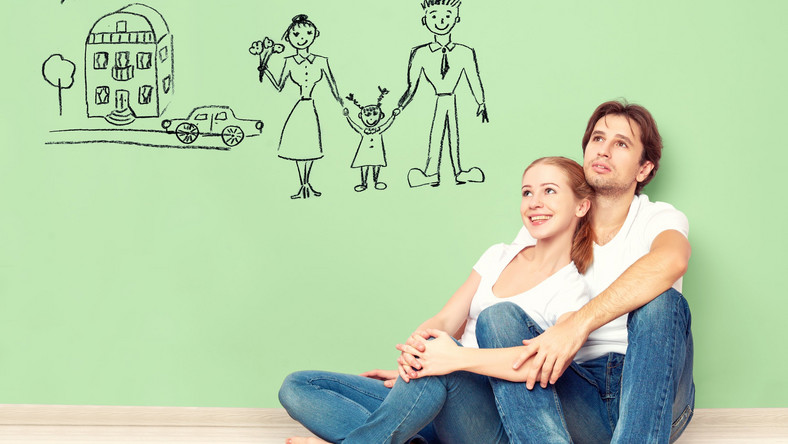 Para młodych ludzi planuje dziecko, dom, przyszłość