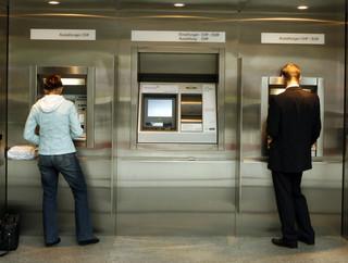 Wyjeżdzasz na wakacje? Zobacz z jakim kontem wypłacisz pieniądze w zagranicznych bankomatach za darmo