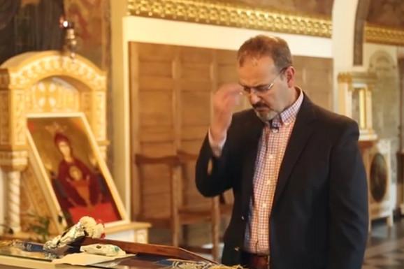 ODUŠEVLJEN SRBIJOM Novi američki ambasador se krsti SA TRI PRSTA u crkvi Ružica (VIDEO)