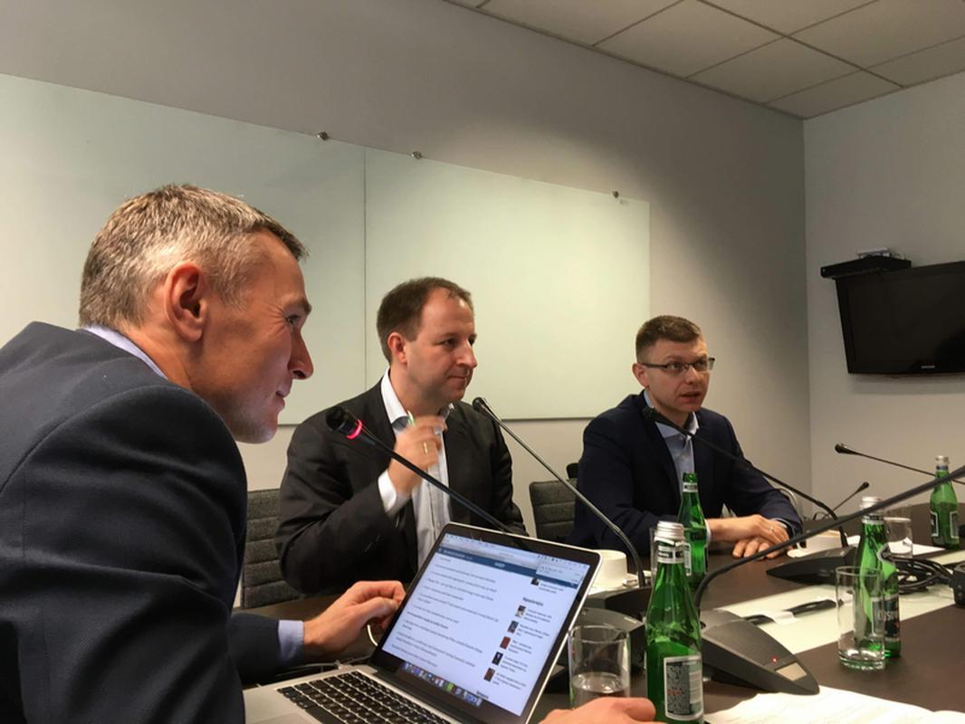 Od lewej: Łukasz Grass, Przemysław Radwan, Konrad Ciesiołkiewicz w trakcie debaty