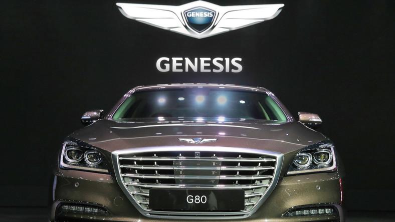 """Hyundai od pewnego czasu powtarzał, że stanie do walki w klasie premium, czyli lidze zastrzeżonej dla BMW, Mercedesa czy Audi. Wreszcie spełnił obietnicę i ogłosił wprowadzenie do gry nowej marki Genesis, oferującej luksusowe samochody. Wiadomo, że do 2020 roku koreański koncern pod sztandarem nowej marki planuje wprowadzić sześć nowych modeli.Marka Genesis przyjęła nową, alfanumeryczną strukturę nazw. W efekcie nazwy modeli są tworzone poprzez łączenie litery """"G"""" (pochodzące od Genesis) z cyframi 80, 90 itd. w zależności od segmentu. Pierwszym autem, które pojawiło się na rynku był model G90. Teraz Koreańczycy idą za ciosem i wprowadzają na rynek limuzynę o rozmiar mniejszą - oto, jak wygląda G80."""