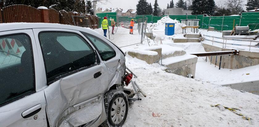 Dramatyczny wypadek w Warszawie. Auta wpadły do budowanego metra