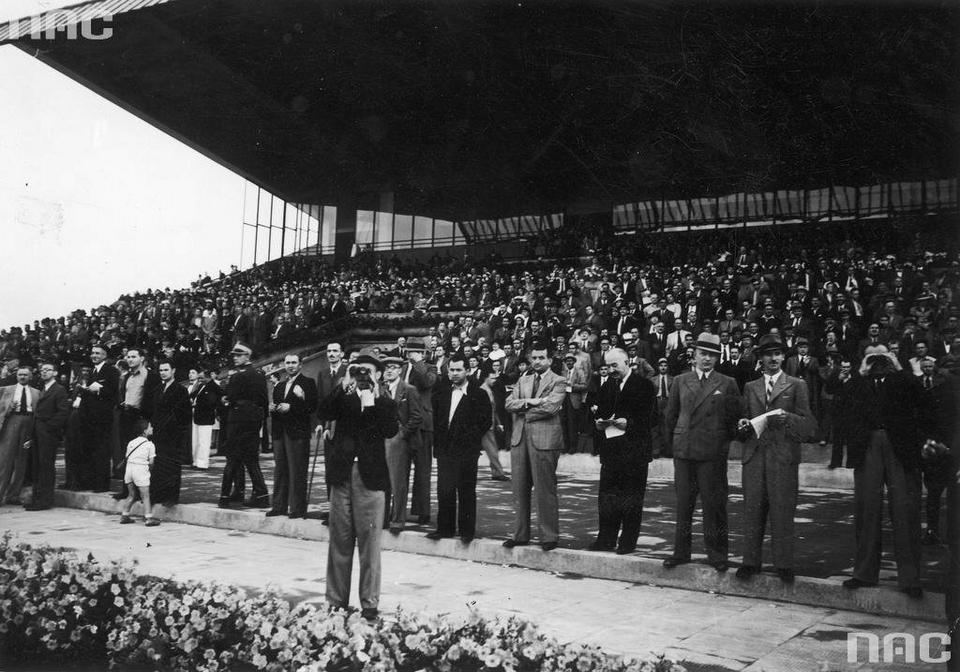 Kibice obserwują bieg o nagrodę 50 000 złotych, 1939 r.