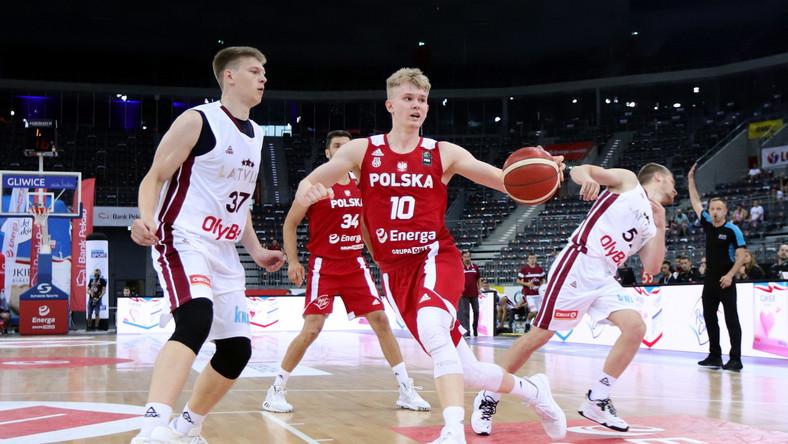 Reprezentanci Polski Adam Hrycaniuk (2L) i Łukasz Kolenda (2P) w starciu z Łotyszami Karlisem Silinsem (L) i Mareksem Majerisem (P)