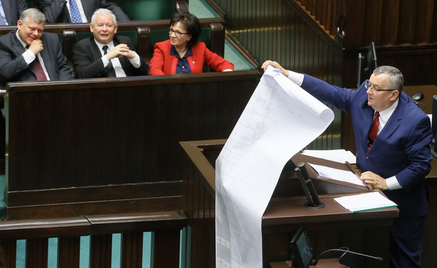 Minister infrastruktury na wielkim arkuszu papieru przedstawił listę roszczeń firm budowlanych domagających się od państwa 10 mld zł