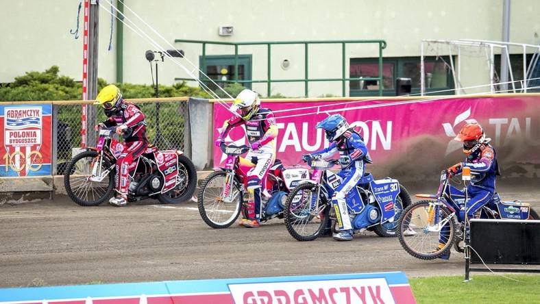 Duńczycy Mikkel Michelsen (kask czerwony) i Leon Madsen (niebieski) oraz Grigorij Łaguta z Rsoji (biały) i Andriej Kudriaszow z Rosji (żółty) w jednym z wyścigów podczas 2. rundy żużlowych mistrzostw Europy