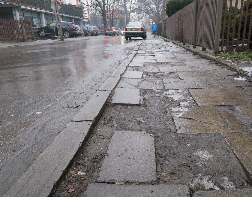 Zniszczony chodnik na ul. Twardowskiego