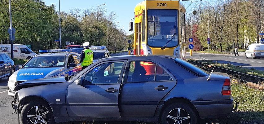 Mercedesem zablokował tramwaje. Kim jest sprawca kraksy w Łodzi? Policja szuka świadków