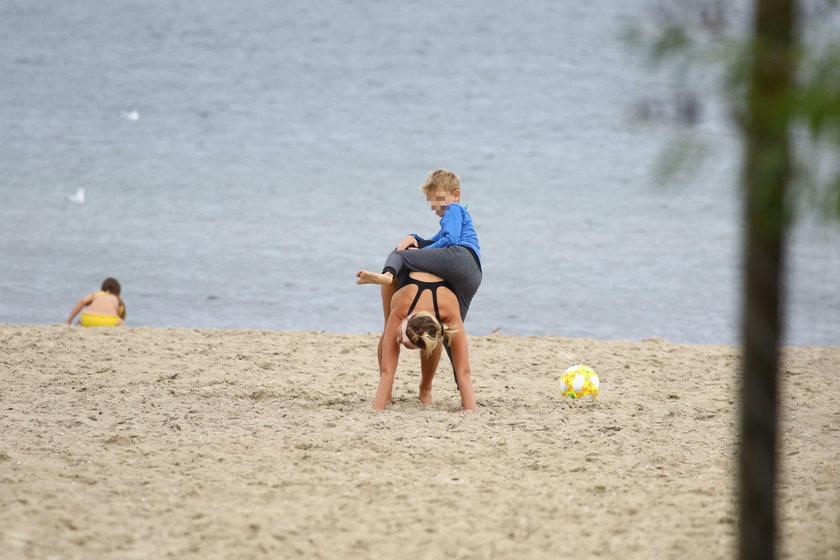 Joanna Moro na plaży z dziećmi