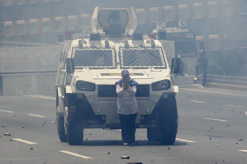 Kraje Ameryki Łacińskiej są zaniepokojone tą sytuacją i wystosowały wspólny list do Nicolasa Maduro, w którym wezwały go do zwołania wyborów parlamentarnych, które zostały opóźnione. Prezydent Wenezueli odrzucił jednak te prośby.