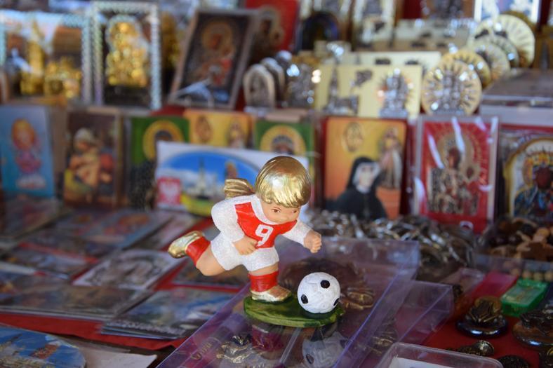 Do kupienia piłkarze obok świętych obrazków