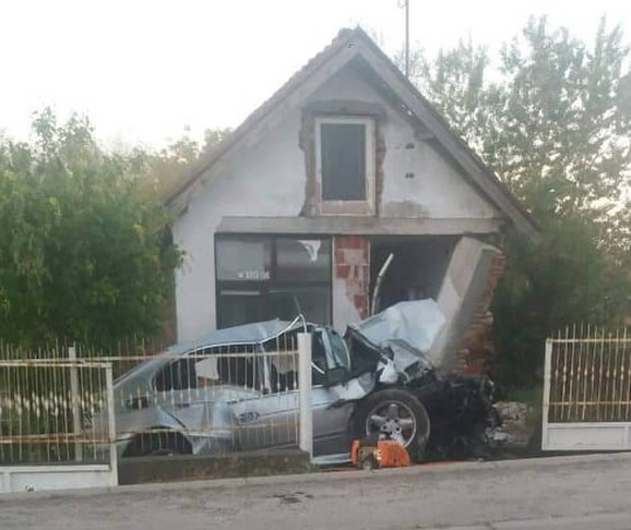 Auto se zakucao u kuću