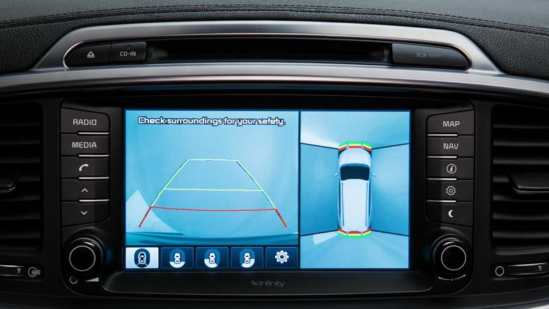 """W zależności od rynku sprzedaży, opcjonalnie dostępny będzie układ podglądu otoczenia pojazdu podczas parkowania Around-View Monitor oraz Smart Power Gate. System ten otwiera automatycznie tylną klapę nadwozia w momencie wykrycia bezpośredniej bliskości elektronicznego """"kluczyka"""" ułatwiając załadunek toreb zakupowych czy innych nieporęcznych przedmiotów wprost do bagażnika."""