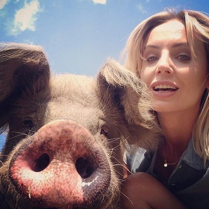 Agnieszka Szulim pozuje ze świnią