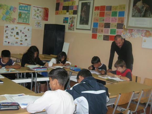 Učitelj Darko Stanojković pomaže dečaku sa višestrukim smetnjama u razvoju