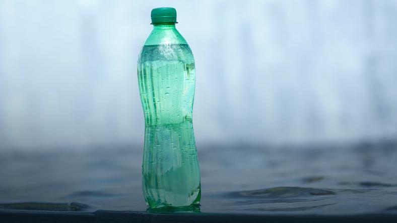 Ekspert: wody butelkowane zdrowsze. Wodociągi: woda z kranu dobra i tańsza