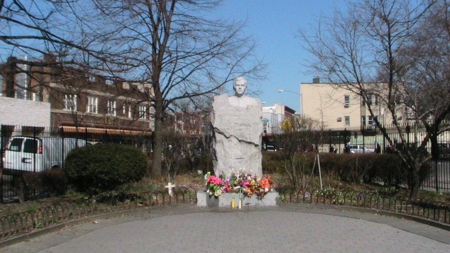 Pomnik ks. Jerzego Popiełuszki na Greenpoincie w Nowym Jorku