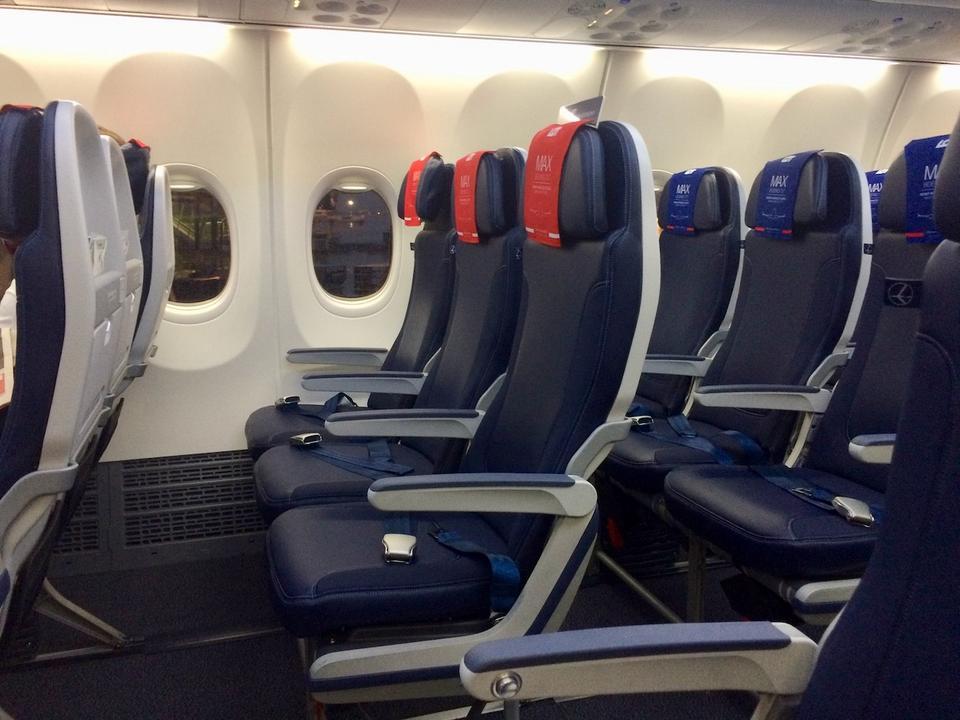 W samolotach B737 fotele zamontowane są w układzie 3+3. W klasie biznes środkowy fotel jest pusty.