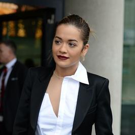 Rita Ora w formalnej stylizacji. Tak eleganckiej jeszcze jej nie widzieliśmy!
