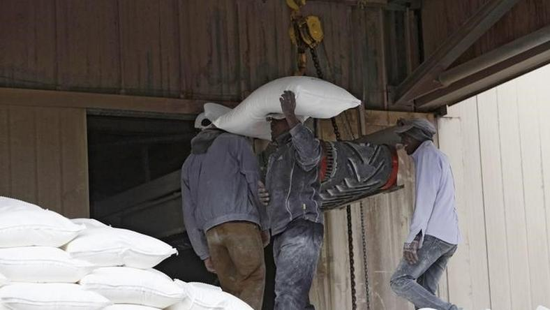Workers load flour at a mill for Libyan grains in Tripoli February 11, 2015.   REUTERS/Ismail Zitouny