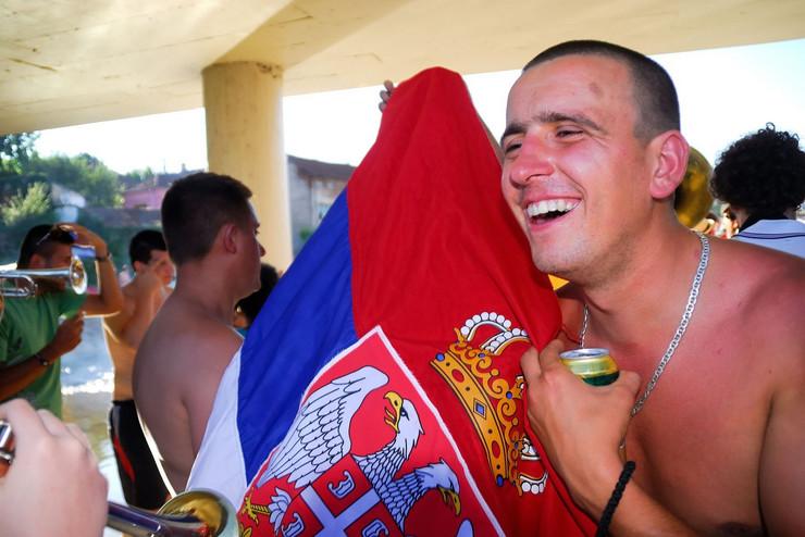Svuda nosimo srpsku zastavu sa sobom