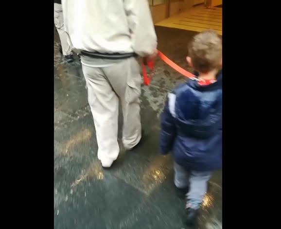 Dečaka je na zaprepašćenje prolaznika starija osoba vodila na povocu