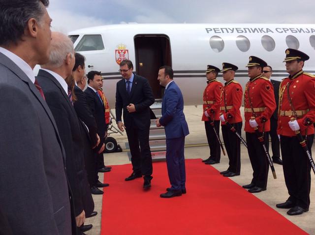 Vučić sleteo u Tiranu gde ga je prvo dočekao zamenik premijera Niko Peljesi