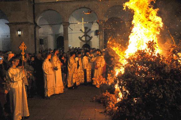 Paljenje badnjaka u Sabornoj crkvi u Nišu