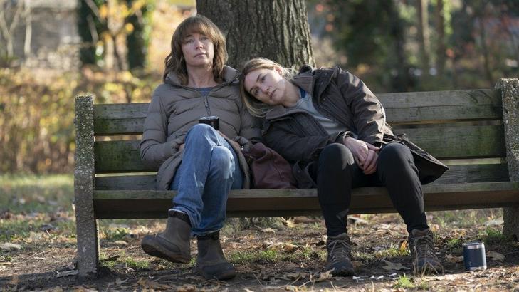 Jelenet az Easttowni rejtélyek cílmű sorozatból (Fotó: HBO)