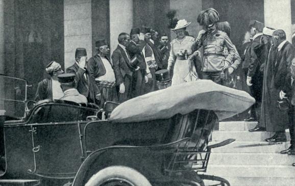Franc Ferdinand i Sofija Hotek ulaze u kola u kojima će biti ubijeni