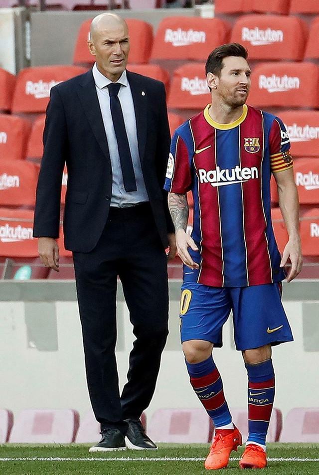 """Zinedin Zidan i Lionel Mesi na El klasiku u kome je """"Zizuov"""" Real kao gost pobedio Barselonu sa 1:3."""