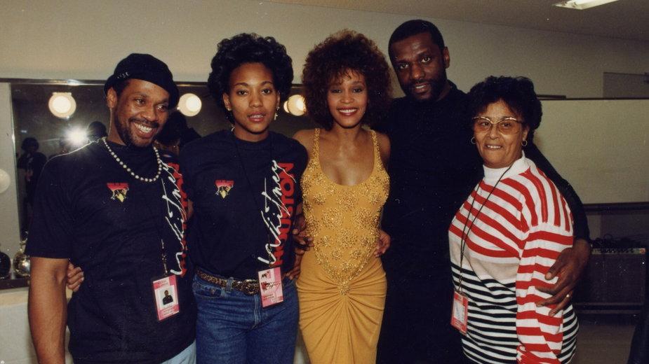 (Od lewej) Michael Houston, Robyn Crawford, Whitney Houston, Gray Houston, Ellen White