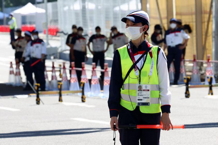 Wolontariusze pilnują porządku w Japonii.