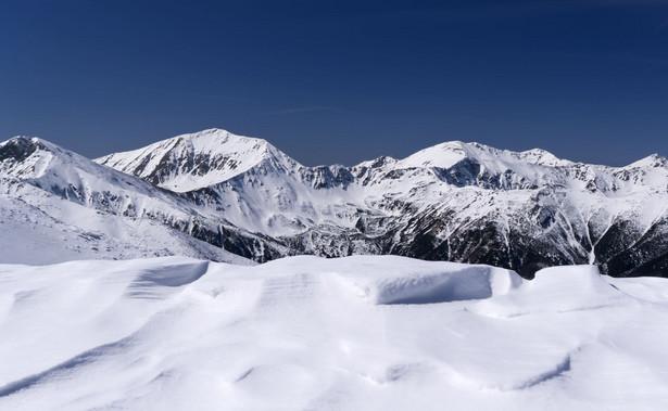 W Tatrach ratownicy TOPR ogłosili w czwartek czwarty stopień zagrożenia lawinowego. Sytuacja jest bardzo niebezpieczna, a ratownicy odradzają wszelkie wyjścia w góry.