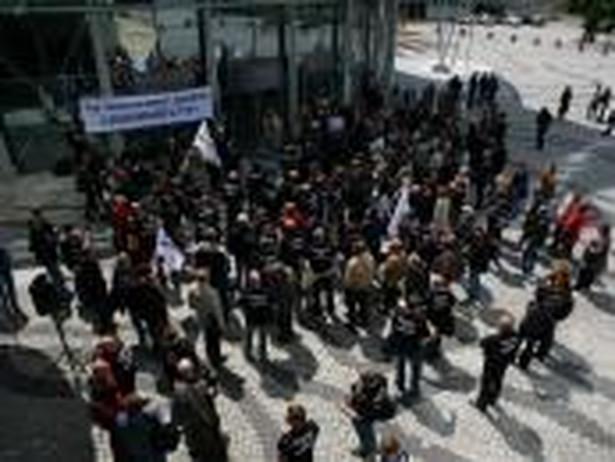 Strajkujący pracownicy przed siedzibą TVP (fot. ZZPT TVP SA Wizja)