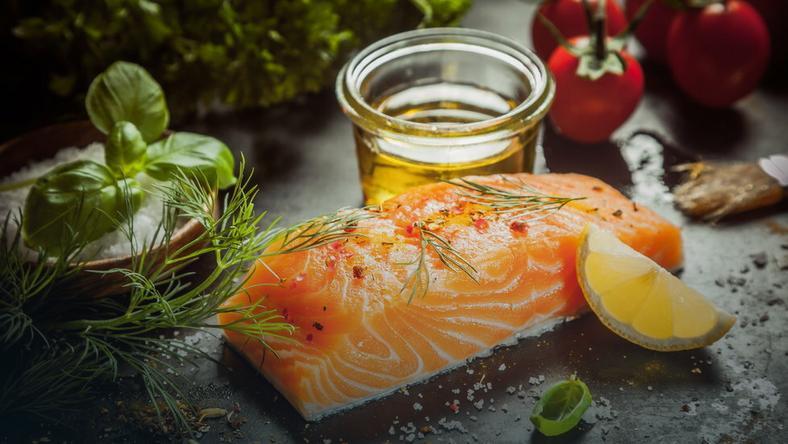 Tłuszcze z ryb i olejów roślinnych powinny pokrywać do 35 proc. dziennego zapotrzebowania energetycznego
