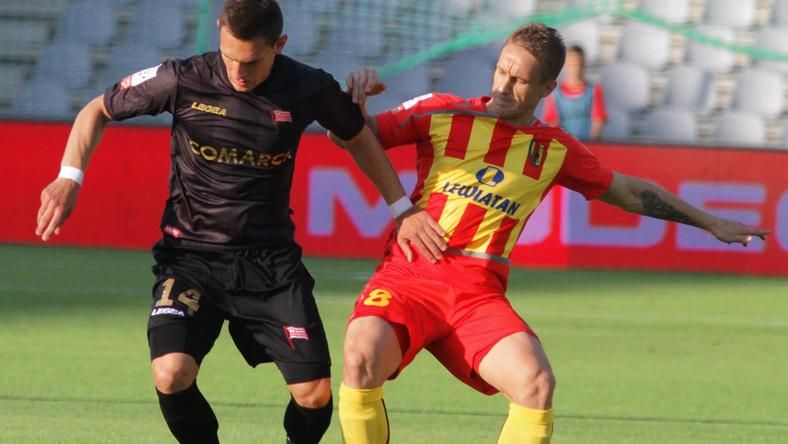 Vlastimir Jovanovic (P) z miejscowej Korony i Damian Dąbrowski (L) z Cracovii w meczu T-Mobile Ekstraklasy, rozegranym w Kielcach
