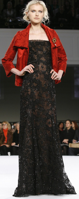 A model pauses on the runway during the presentation of Oscar de la Renta's Pre-Fall 2008 fashion collection in New York, Monday, Dec. 3, 2007. (AP Photo/Kathy Willens)