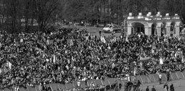 Ludzie zbierają się na Placu Piłsudskiego