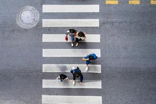 Pieszy z pierwszeństwem przy wchodzeniu na przejście i z zakazem korzystania z telefonu. Sejm znowelizował prawo o ruchu drogowym