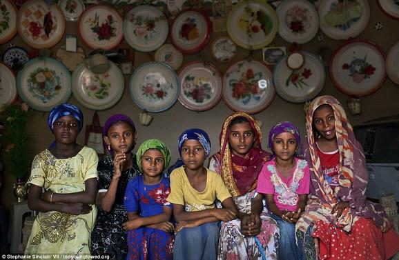 Čeka ih teška sudbina: Devojčice u jednoj kući u okolini Al Hudajde, Jemen, 2010.