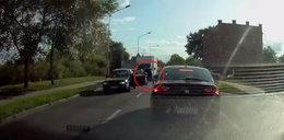 Na środku drogi wysiadł z auta i z kijem ruszył na innego kierowcę [WIDEO]
